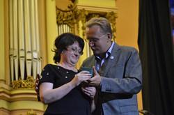 Андрій Садовий нагороджує Олександру Коваль
