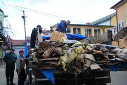 Вантажівка зі сміттям, зібраним після буревію
