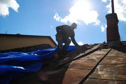 Чоловік лагодить дах