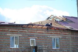 Дах промислового будинку після буревію