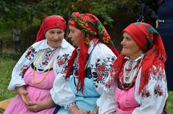 Жінки в характерних фартухах, які збереглися тільки в селі Чагів Оратівського району Вінницької обл.