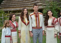 Стилізований сучасний весільний одяг з використанням національних мотивів