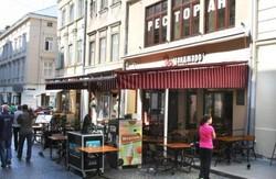 Мер Львова великодушно дозволив рестораторам кавувати на вулиці ще два тижні. Деякі кнайпи «кавують» третій рік поспіль