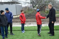 Мер Львова Андрій Садовий вітається з дітьми на стадіоні