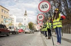 Львівські школярі нагадали водіям: дороги у Львові ремонтують для безпечного пересування, а не для перегонів