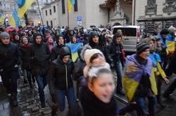 """Студенти закидали сніжками Львівську ОДА з криками """"Ганьба!"""""""