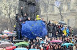 Євромайдан у Львові і перший сніг (ФОТО, ВІДЕО)