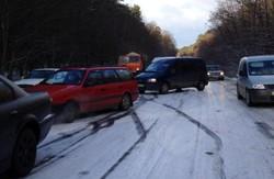 Дорожній колапс. До Львова знову несподівано прийшла зима (відео)