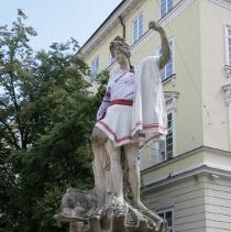Боги у вишиванках: у Львові скульптури на площі Ринок одягнули в національні строї