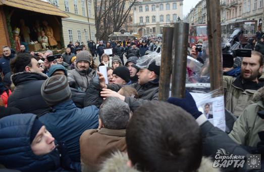 """""""Свобода""""  та """"Автономний опір""""  влаштували бійку в центрі Львова (ВІДЕО)"""