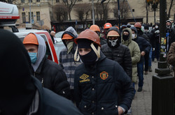 У Львові радикали жорстко покарали магазини регіоналів і ледь не підпалили прокуратуру  (ФОТО, ВІДЕО)