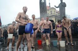 На Львівському Євромайдані в день Водохреща обливалися крижаною водою (ФОТО)