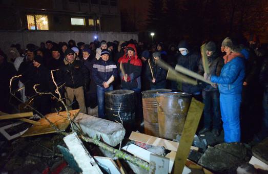 Перед заблокованою частиною внутрішніх військ у Львові звели барикади (ФОТО)