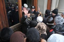 У Львові, Рівному, Житомирі  будинки обласних адміністрацій  або заповнені обуреними громадянами, або заблоковані ними