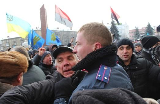 Івано-Франківськ: тисячі людей на чолі з місцевими депутатами оточили обласну адміністрацію