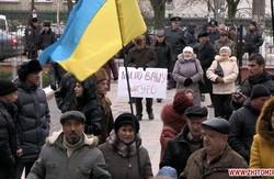 """Плакат """"Ми по вашу шкуру"""": Житомирські депутати злякались пікетувальників"""