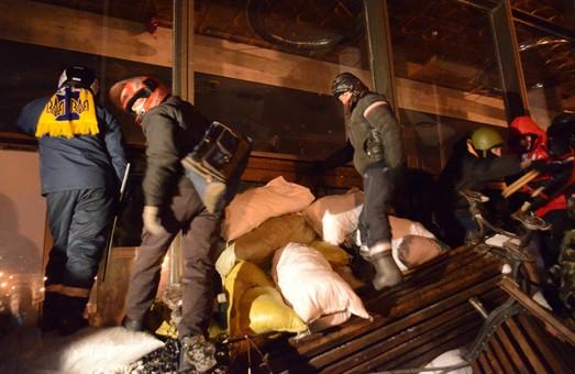 Протестувальники штурмують Український дім. В них летять гранати і газ (ФОТО, ВІДЕО)