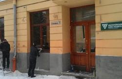У Львові закидали яйцями банк Януковича (відео)