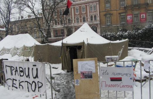Радикали відкрито збирають гроші та амуніцію в центрі Львова