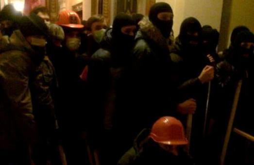 Львівські протестувальники пересварились зі «свободівцями» за те, хто блокуватиме приміщення облдержадміністрації