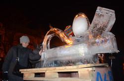 """На львівському Євромайдані встановили льодову скульптуру """"Я - крапля в океані"""" (ФОТО)"""