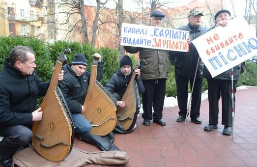 У Львові незрячі бандуристи вимагали від казначейства виплатити їм зарплату