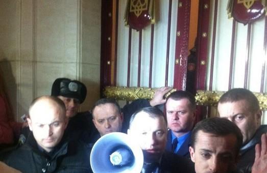 """Івано-Франківськ  атакує  свій  """"Беркут"""" та  СБУ. Місцеві депутати вирушили до столиці"""