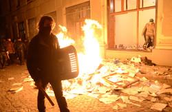 У Львові розпочались масові заворушення: люди захоплюють райвідділи і палять прокуратуру