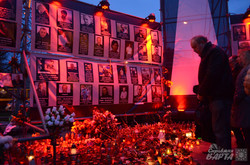 На Молитовний Майдан львів'яни масово несуть свічки і квіти (ФОТО)