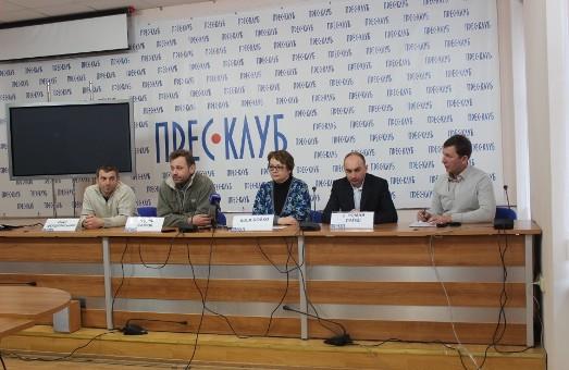 З перших днів і дотепер. Учорашні волонтери  Майдану сьогодні формують аптечки для солдат