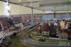 Мініатюрна залізниця в залі очікування