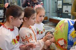 У Львові школярі розмалювали півметрову писанку (ФОТО)