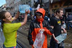 Обливний понеділок у Львові перетворився на водяні бої (ФОТО)