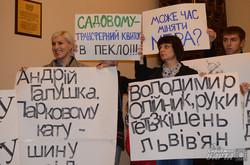 """У Львові """"Правий сектор"""" прийшов з шинами в міськраду і готовий викидати чиновників через вікно"""