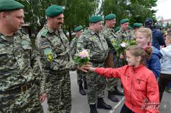 Прикордонників, які повернулися зі Сходу на Львівщині діти зустрічали з квітами (ФОТО)