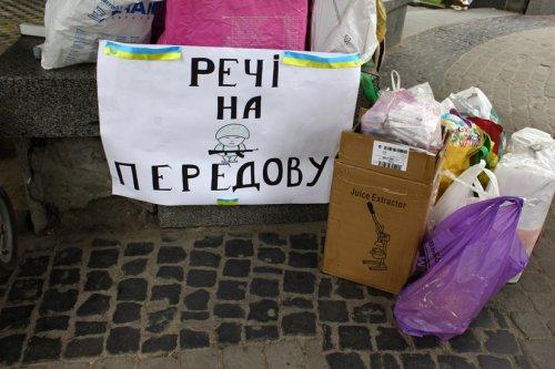 Жінки Львова збирають необхідне для солдатів
