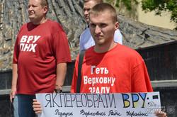 Львів'яни подарували депутатам шпаргалки з підказками як розпустити Верховну Раду (ФОТО)