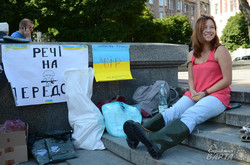 Кросівки замість берців і халва замість снікерса: львівська гуманітарка для солдат на Сході
