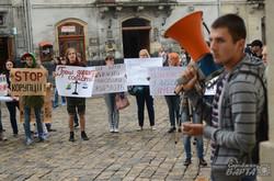 Вимагаючи припинити незаконні забудови львьвів'яни штурмували міськраду (ФОТО, ВІДЕО)
