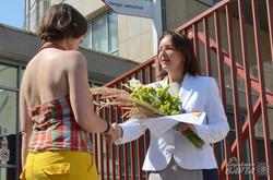 Активісти дарують квіти представнику Генконсульства РП