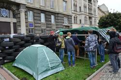 Через трамвайну аферу у Львові ледь не побилися під прокуратурою (ФОТО, ВІДЕО)