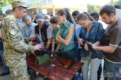 Молодь вправляється у розбиранні ручних кулеметів