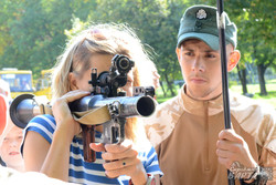 Дівчата теж не проти навчитись стріляти
