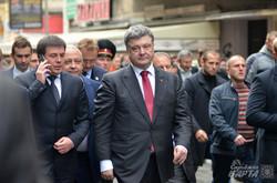 У Львові Порошенко гуляв містом і обіцяв люстрацію (ФОТО)