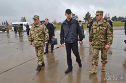 Яценюк на Яворівському полігоні катався на бронетехніці і обіцяв переозброєння (ФОТО)