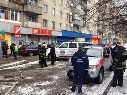 У Львові чоловік забарикадував автомобілем банк, який винен йому гроші (ФОТО)
