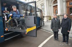 У Львові інвалідам з Донеччини передали автобус, обладнаний для людей з особливими потребами (ФОТО)