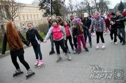 """У Львові пройшов масштабний дитячий роло-флешмоб """"Book-віраж"""" (ФОТО)"""
