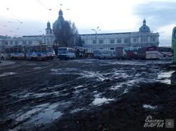 У Львові перед залізничним вокзалом місиво з болта і сміття (ФОТО)