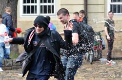 В «обливаний понеділок» у Львові влаштували водяні бої (ФОТО)